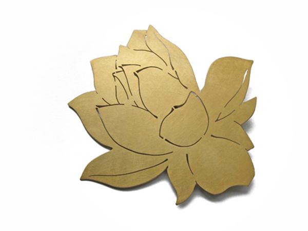 Goldene Brosche - Lotusbluete