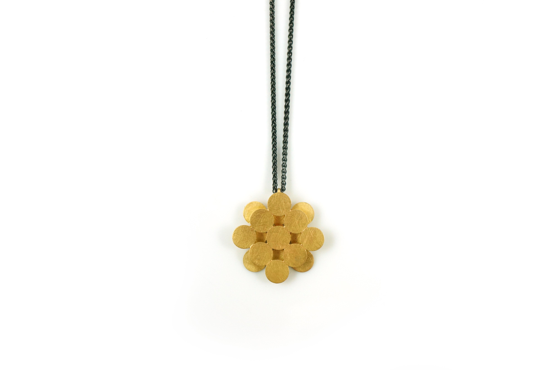 Kette-Hortensie-Gelbgold-an-Silberkette-geschwaerzt