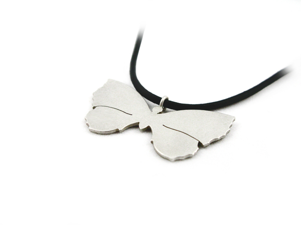 Schmetterlinganhänger aus Silber am Lederbändchen