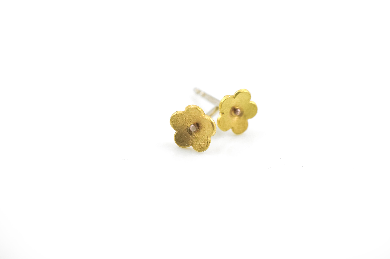 Blumen–Ohrstecker aus Gelbgold