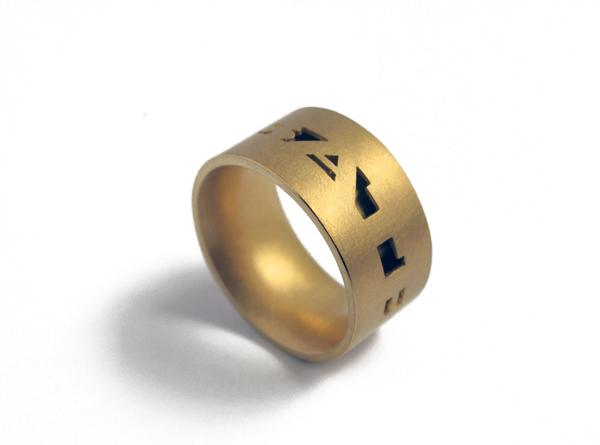 Goldener Ring mit Schrift aussen
